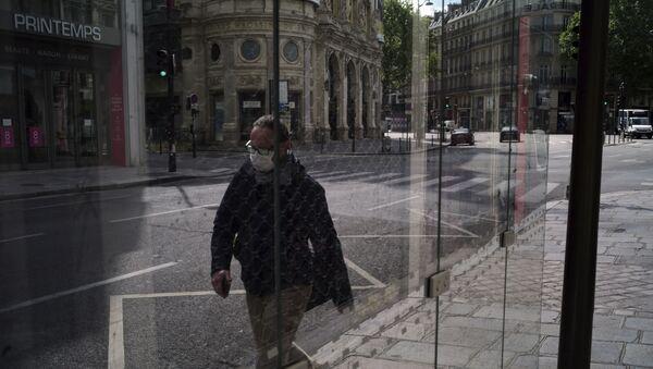 Un homme dans une rue de Paris, le 29 avril 2020. - Sputnik France