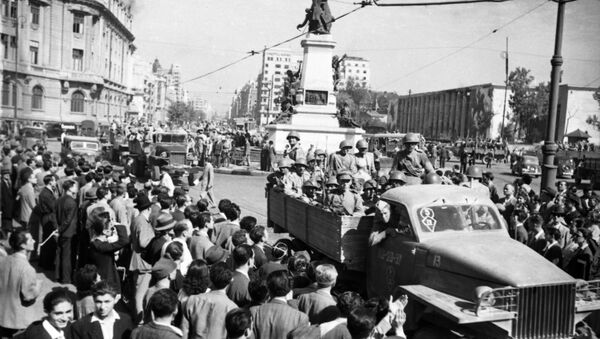 La Grande Guerre patriotique 1941-1945. L'entrée de l'armée soviétique à Bucarest. Les habitants de la ville accueillent les soldats soviétiques. - Sputnik France