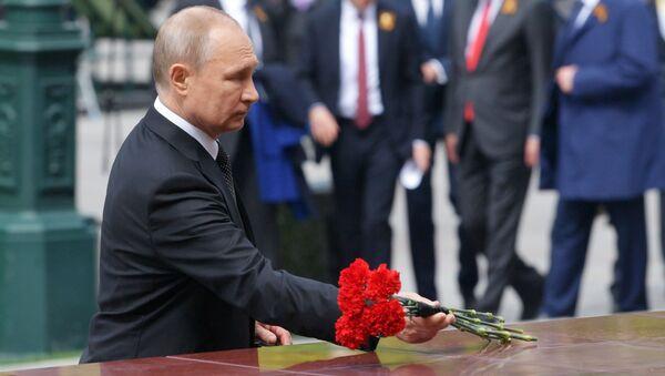 Vladimir Poutine dépose des fleurs sur la tombe du Soldat inconnu (archives) - Sputnik France