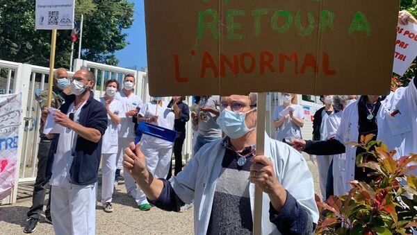 Le personnel soignant manifeste à l'hôpital Robert-Debré à Paris, 14 mai 2020 - Sputnik France