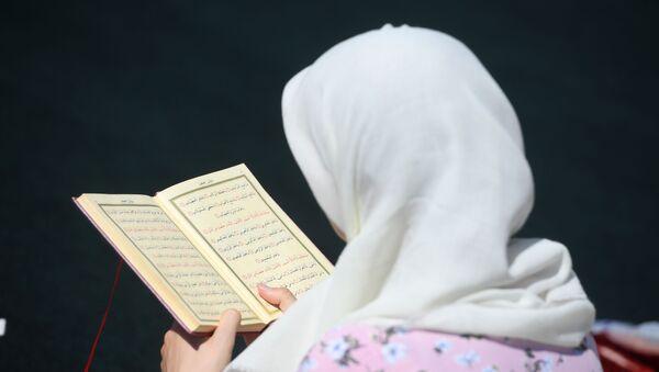 Une femme lisant le Coran  - Sputnik France
