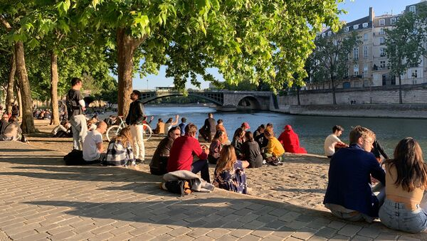 Des Parisiens lors du déconfinement, le 15 mai 2020  - Sputnik France
