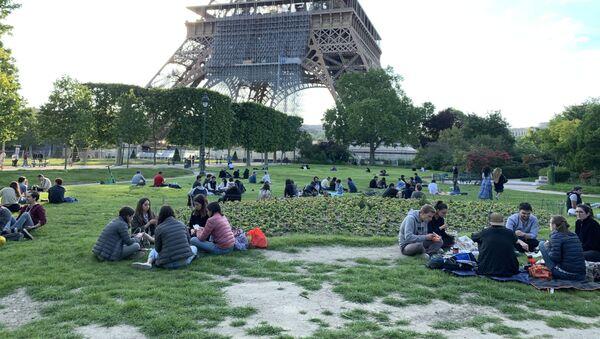 Des Parisiens pique-niquent près de la tour Eiffel - Sputnik France