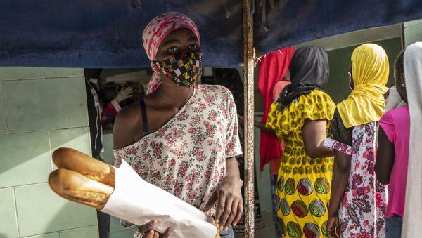 Une femme portant une masque de protéction à Dakar - Sputnik France