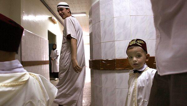 Des parents emmènent un petit garçon à l'hôpital pour sa circoncision, Alger. - Sputnik France