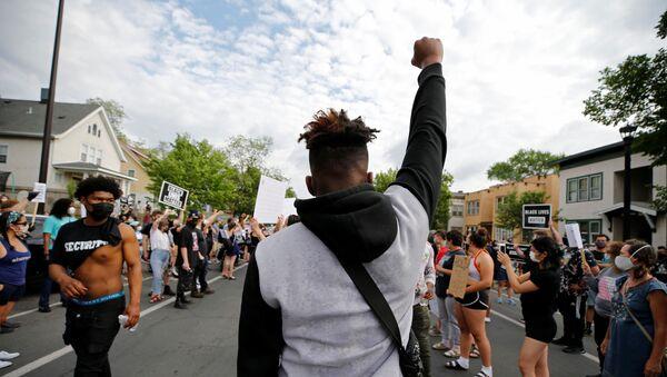 Des manifestants à Minneapolis après la mort d'un homme noir étouffé par la police (26 mai 2020) - Sputnik France