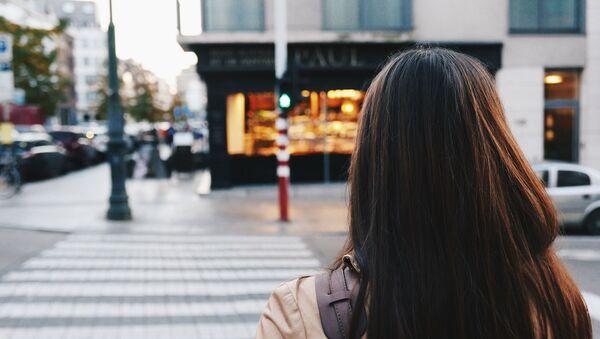 Une femme dans la rue - Sputnik France