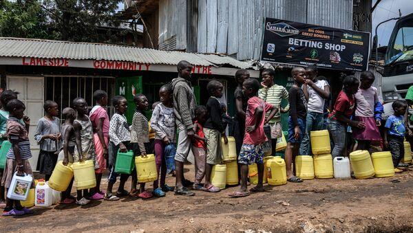 Des enfants font la queue pour la distribution d'eau gratuite par le gouvernement au bidonville de Kibera à Nairobi, Kenya  - Sputnik France