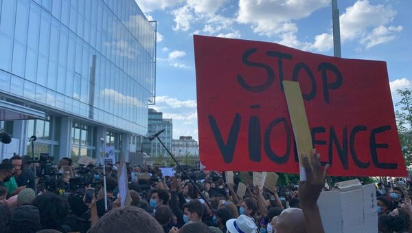 Un rassemblement devant le tribunal de Paris à l'appel du collectif de soutien à la famille d'Adama Traoré, 2 juin 2020 - Sputnik France