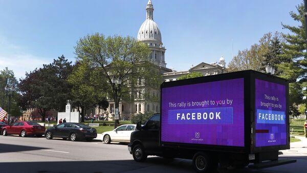Une camionnette publicitaire Facebook (photo d'illustration) - Sputnik France