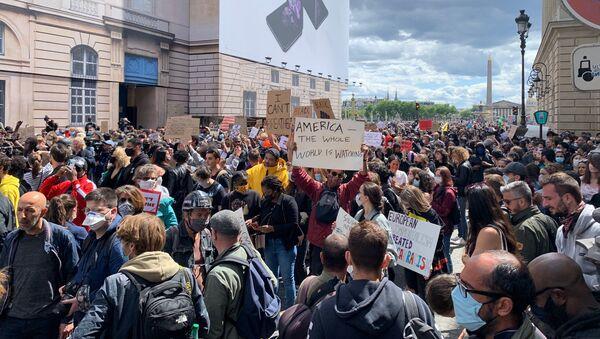 Mobilisation contre les violences policières devant l'ambassade US à Paris, 6 juin 2020 - Sputnik France