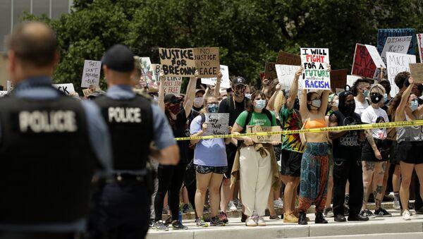 Des manifestations aus USA contre le racisme et les violences policières après le meurtre de George Floyd - Sputnik France