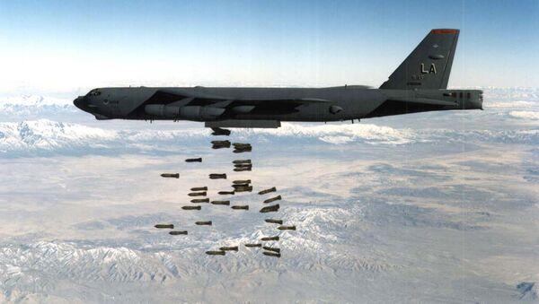 Un bombardier B-52 larguant des bombes M117 - Sputnik France