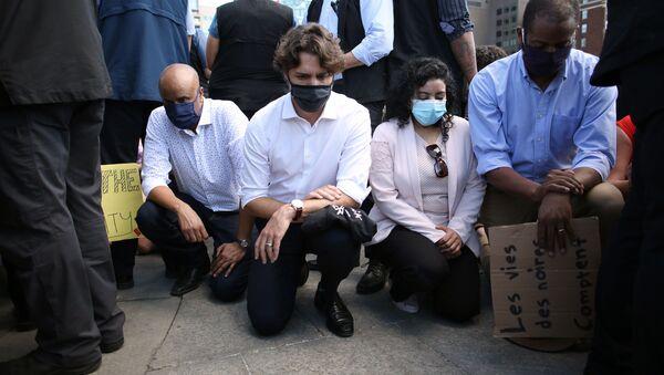 Justin Trudeau pose un genou à terre en hommage à George Floyd, 5 juin 2020 à Ottawa (Canada) - Sputnik France