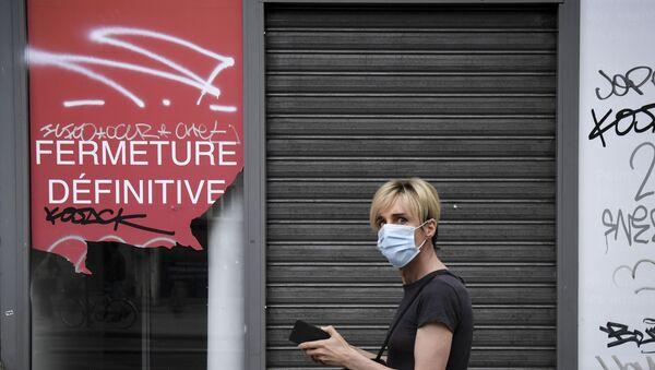Personne portant un masque devant un magasin fermé à Paris, juin 2020 - Sputnik France