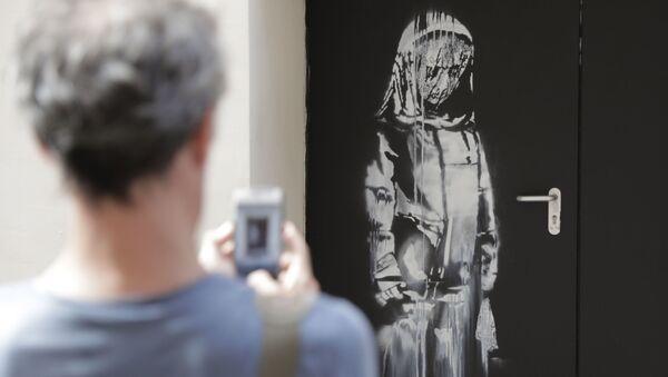 Une œuvre de Banksy sur une porte de secours de la salle du Bataclan à Paris - Sputnik France