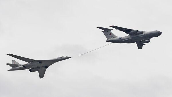 Un avion-ravitailleur Il-67 (à droite) et un bombardier stratégique Tu-160 - Sputnik France