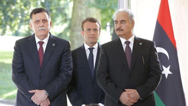 Le premier ministre libyen Fayez Al-Sarraj du gouvernement soutenu par l'ONU, à gauche, le président français Emmanuel Macron, au centre, et le général Khalifa Haftar, commandant de l'Armée nationale libyenne autoproclamée soutenu par L'Egypte à droite, Paris, France, mardi 25 juillet 2017. - Sputnik France