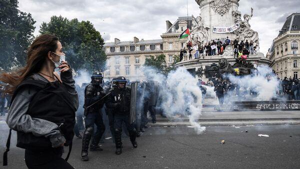 des affrontements entre les manifestants et des forces de l'ordre place de la République le 13 juin  - Sputnik France