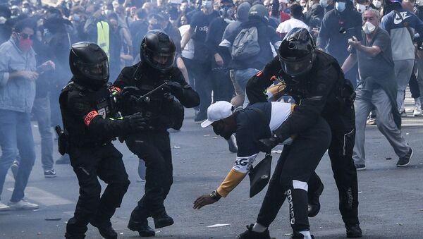 interpellation lors de la manifestation pour Adama du 13.06.20 - Sputnik France