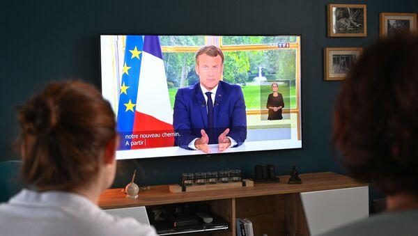 Une famille française regarde l'allocution d'Emmanuel Macron - Sputnik France