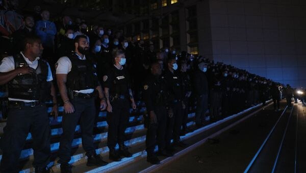 Police officers stand in the business area of La Defense, west of Paris, on June 15, 2020, during a protest in reaction to the French Interior minister's June 9 announcements, amid the latest wave of protests against racism and police violence. - French police have staged protests over claims of racism in their ranks, assailing top officials for failing to defend the force against allegations amplified by US unrest over the death of George Floyd. The French Interior minister also said police would no longer be allowed to use chokeholds to detain suspects, a move derided by many officers as an unfeasible concession that could make their jobs more perilous. (Photo by GEOFFROY VAN DER HASSELT / AFP) - Sputnik France