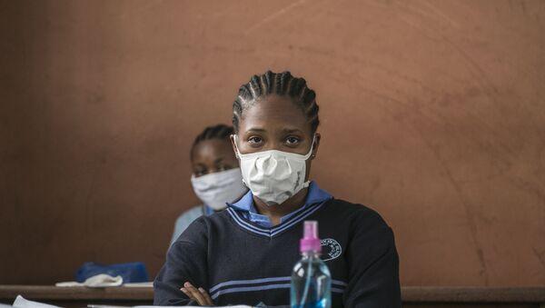 Une étudiante portant un masque de protection contre le COVID-19, Yaoundé, Cameroun - Sputnik France