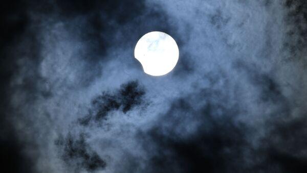 Частичное солнечное затмение, наблюдаемое в Новосибирске. - Sputnik France