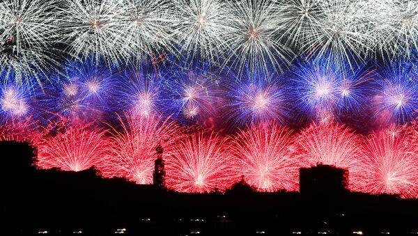 Des feux d'artifice tirés dans de nombreuses villes russes pour commémorer la Victoire   - Sputnik France