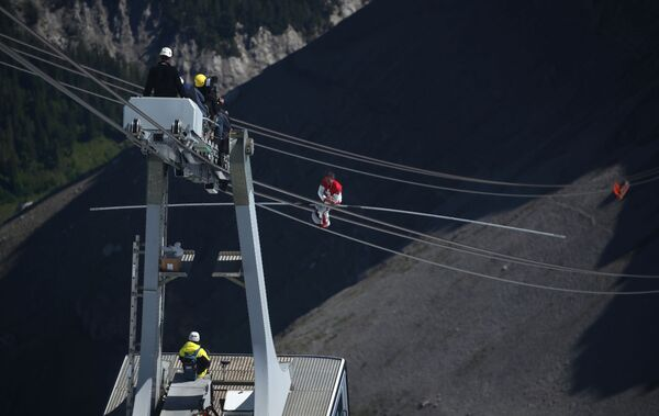 Dans les Alpes suisses, des acrobates font le show à 3000 mètres d'altitude   - Sputnik France