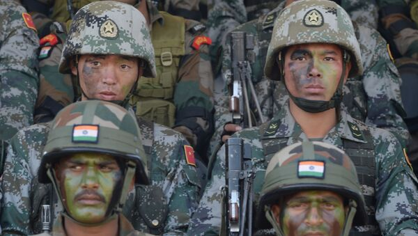 Soldiers from the Indian Army and People's Liberation Army (PLA) sit together after participating in an anti-terror drill during the Sixth India-China Joint Training exercise Hand in Hand 2016 at HQ 330 Infantry Brigade, in Aundh in Pune district, some 145km southeast of Mumbai, on November 25, 2016 - Sputnik France