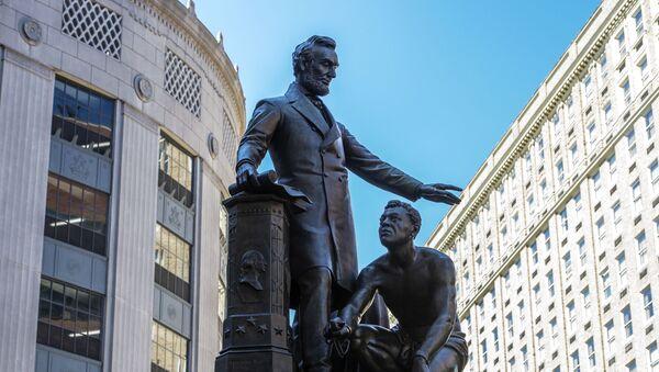 La statue représentant un esclave libéré agenouillé aux pieds d'Abraham Lincoln sur le mémorial Émancipation à Boston - Sputnik France