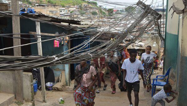 Des passants sous des fils électriques tombés d'un toit. - Sputnik France