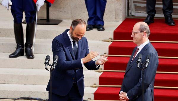 Edouard Philippe applaudit le nouveau Premier ministre Jean Castex dans la cour de l'hôtel Matignon  - Sputnik France