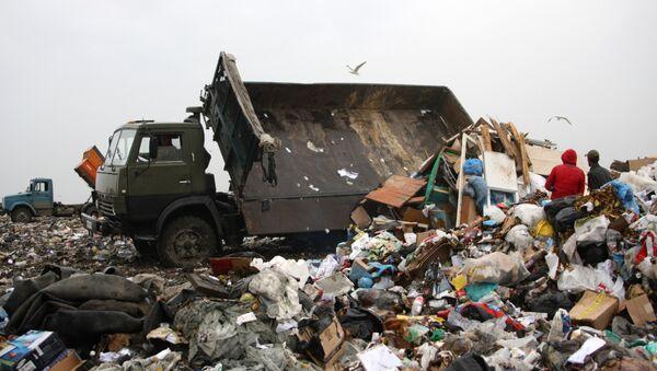 Работа ЕМУП Спецавтобаза в Екатеринбурге по утилизации бытовых отходов - Sputnik France