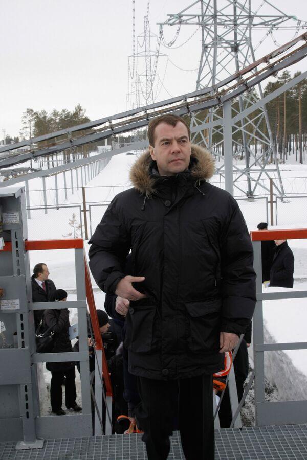 Dmitri Medvedev visite un gisement pétrolier - Sputnik France