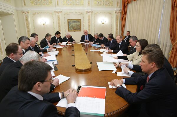 Le premier ministre russe Vladimir Poutine accueillant son homologue ukrainien Nikolaï Azarov - Sputnik France