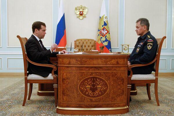 Le président russe Dmitri Medvedev et le ministère russe des Situations d'urgence Sergueï Choïgou - Sputnik France