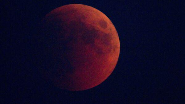Лунное затмение наблюдали в Москве - Sputnik France