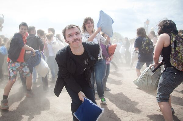 Bataille d'oreillers à Saint-Pétersbourg - Sputnik France