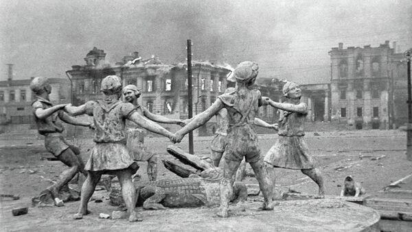 Un monument aux enfants détruit après un raid de l'aviation allemande - Sputnik France