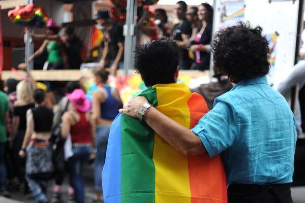 Russie: interdire l'adoption aux pays qui autorisent le mariage gay - Sputnik France