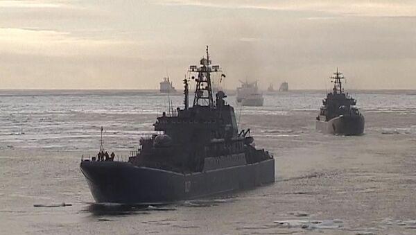 Buques de guerra rusos llegan al Ártico con material para reconstruir aeródromo - Sputnik France