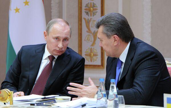 Le president russe Vladimir Poutine avec le president ukrainien Victor Ianoukovitch en marge du sommet de la CEI - Sputnik France