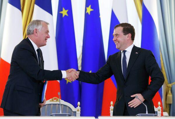 Jean-Marc Ayrault avec Dmitri Medvedev - Sputnik France