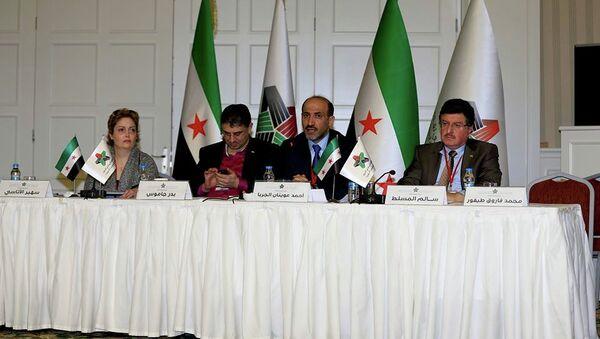 Лидер Нацкоалиции Сирии Ахмад Джарба (в центре) и генеральный секретарь Бадр Джамус (слева) на съезде коалиции в Турции. Фото с места событий - Sputnik France
