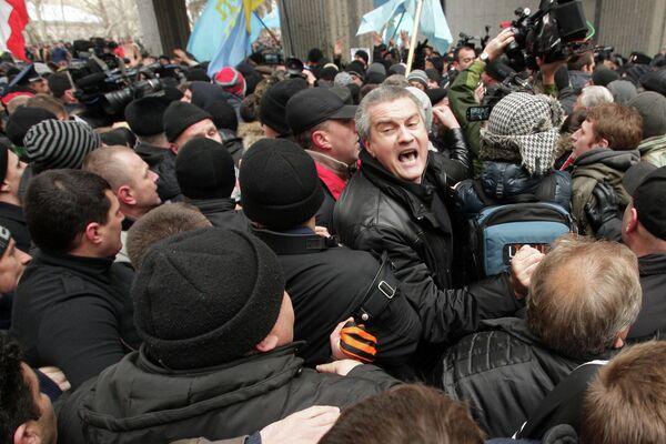 Sergueï Aksenov, chef du parti Unité russe (centre) - Sputnik France