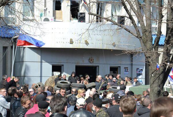 Ukraine: les partisans de la fédéralisation renforcent leur barricade à Lougansk - Sputnik France