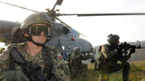 Польские солдаты возле литовского вертолета ми-17 во время учений войск НАТО - Sputnik France