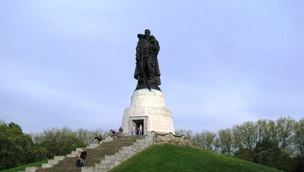 Монумент Воину-освободителю в Трептов-парке в Берлине - Sputnik France